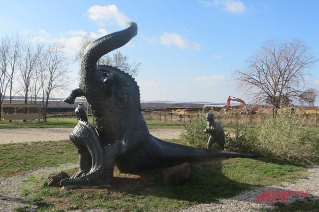 Памятник бронтозавру в Санатории имени Н.И. Пирогова