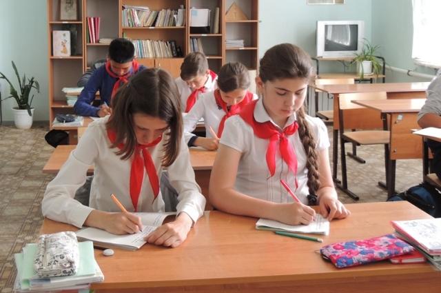 Независимо от национальности — все школьники в красных галстуках.