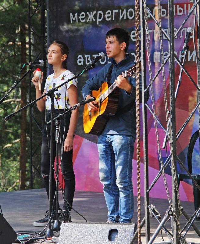 На сцене доминировала молодёжь.
