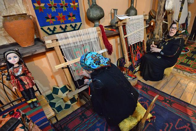 Женщины ткут ковры в селе Хунзах в Дагестане.
