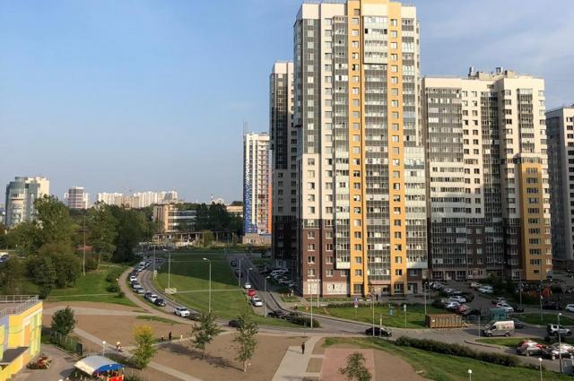 Рядовой ЖК Московского района: детсад (слева) рядом есть, а мест в нем - нет.