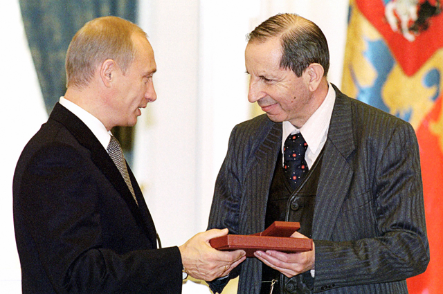 Президент РФВладимир Путин вручает Государственную премию России композитору Сергею Слонимскому засимфонию-поэму «Петербургские видения».