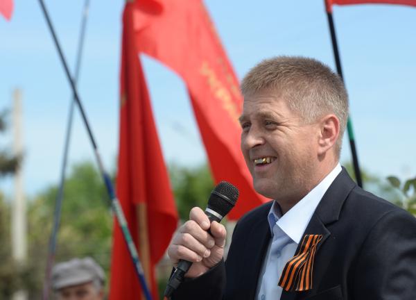 Народный мэр Славянска Вячеслав Пономарёв выступает на митинге во время праздничных мероприятий, посвящённых 9 мая, на площади у здания городской администрации Славянска