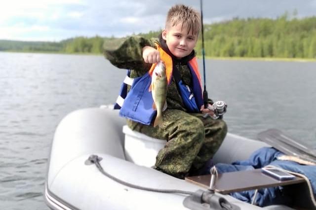 9-летний Кирилл Гончаров уже знает толк в рыбалке. Этого жирного окуня он поймал в Усть-Илимском водохранилище