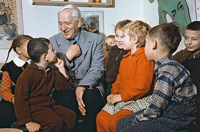 Детский писатель Корней Чуковский во время встречи со своими юными читателями в детской библиотеке в Переделкино. 1959 год