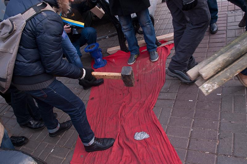 Надругательство над флагом СССР