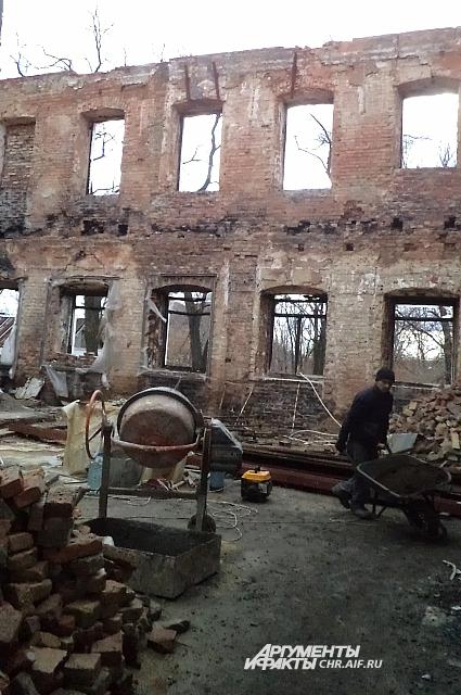 Внутри храма идут восстановительные работы
