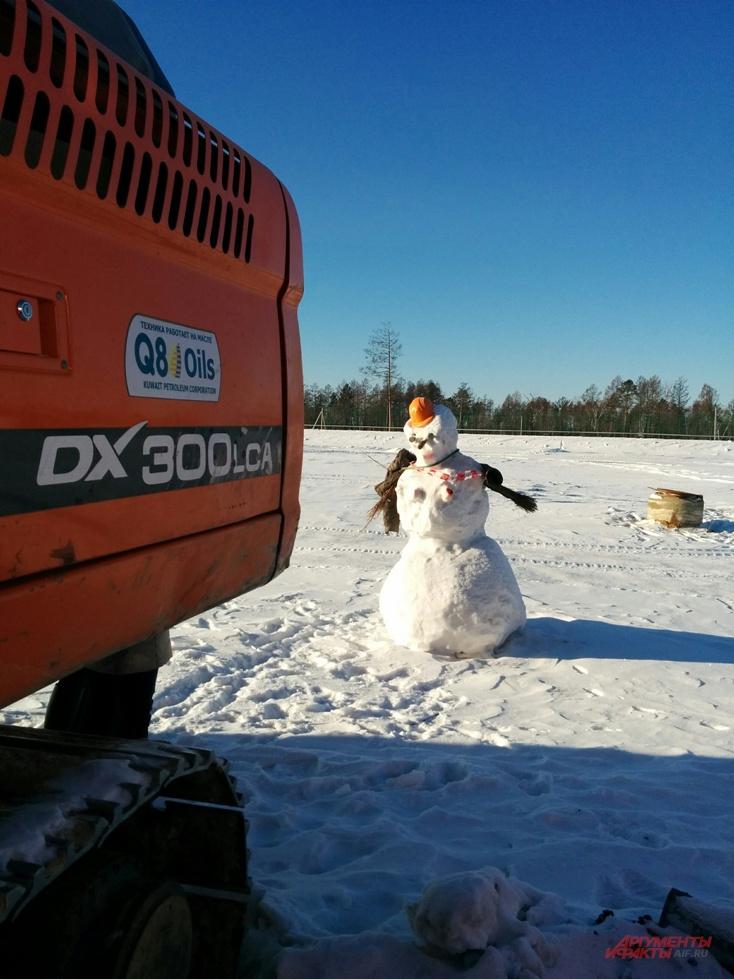 НаНовый год строители «Восточного» слепили себе снежную бабу.