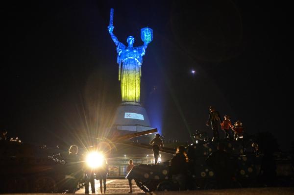 Подсветка монумента к Дню Конституции, июнь 2014 года.