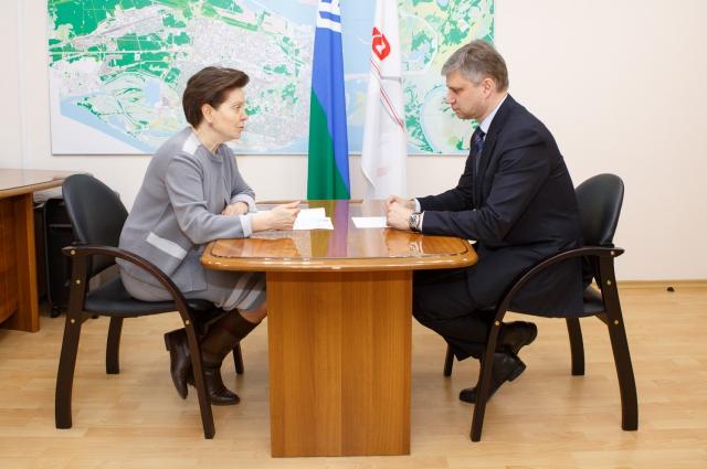 Наталья Комарова и Олег Белозеров во время переговоров в Сургуте.