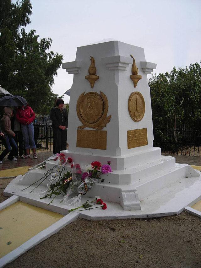 Памятник на могиле Павла Яблочкова.