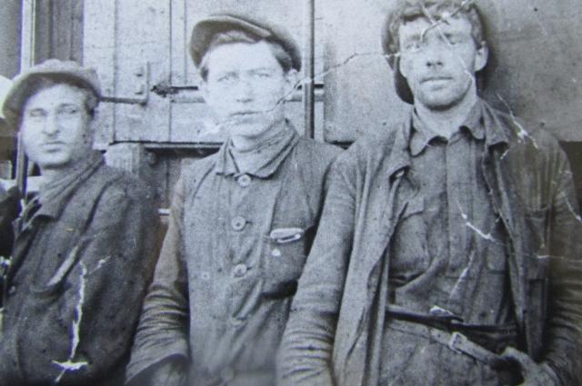 Максимов (в центре) - слесарь-железнодорожник.