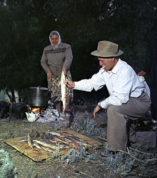 Станица Вешенская. Писатель Михаил Александрович Шолохов и его жена Мария Петровна после удачной рыбалки. 1960 год