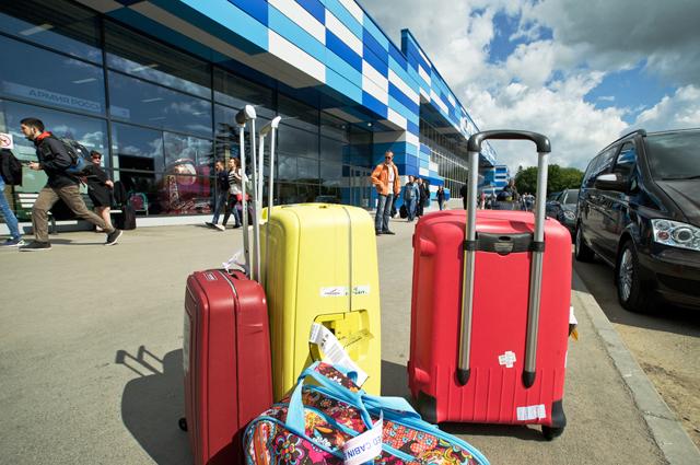 Багаж, прибывших на отдых в Крым, в международном аэропорту Симферополя.