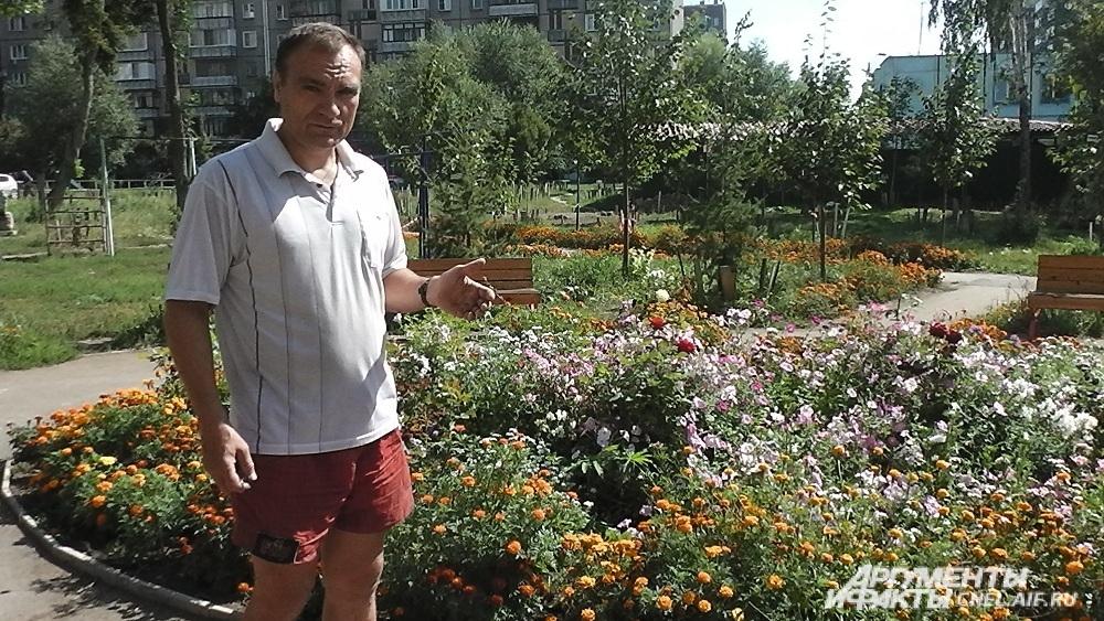 Скамейки расставлены по кругу у цветочной клумбы