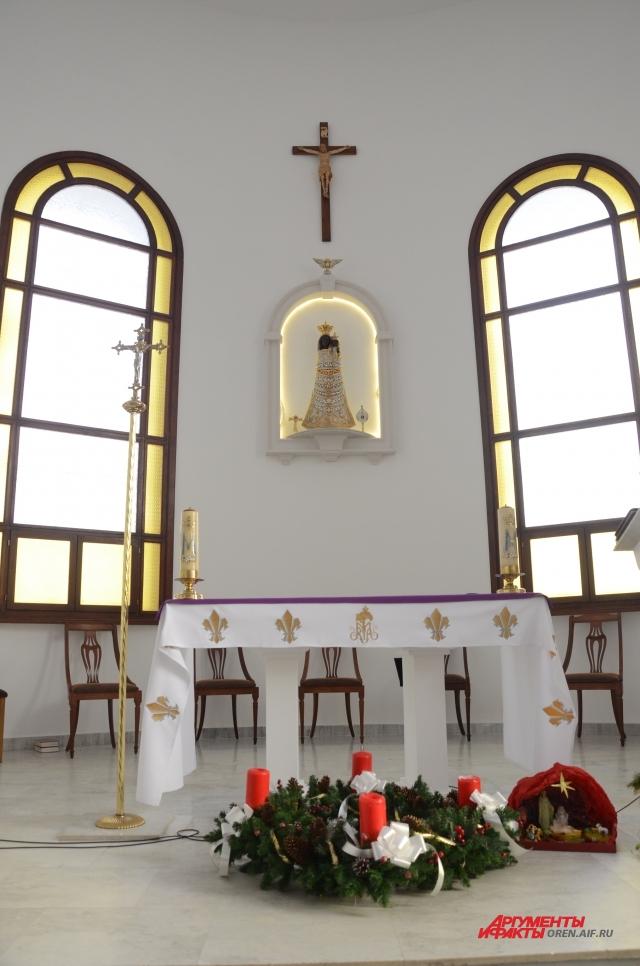 Четыре свечи символизируют период адвента – ожидания Рождества.