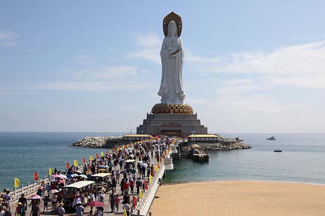 Статуя богини Гуаньинь на острове Хайнань.