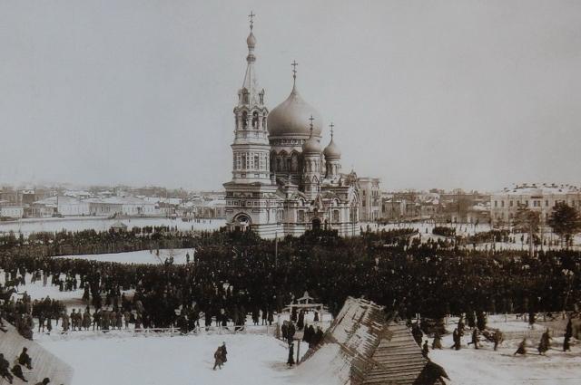 Так выглядела Соборная площадь и Успенский собор в 1917 году.