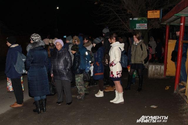 На остановке общественного транспорта «Наливная» все равны в очереди — и школьники, и взрослые.