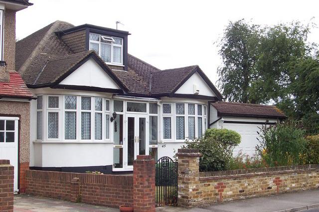 дом в пригороде Лондона, в котором жили Моррис и Леонтина Коэны.