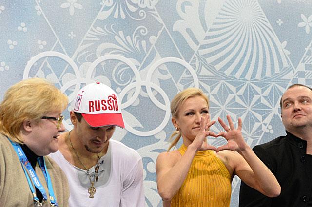 Нина Мозер, Максим Траньков и Татьяна Волосожар и Станислав Морозов после выступления в произвольной программе парного катания на соревнованиях по фигурному катанию на XXII зимних Олимпийских играх в Сочи