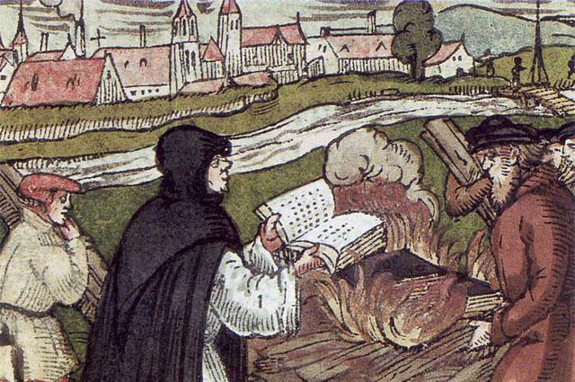 Мартин Лютер сжигает папскую буллу. Гравюра на дереве, 1557 г.