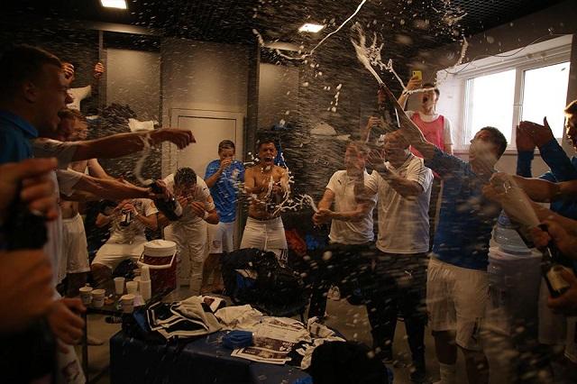 Так футболисты «Чайки» радовались победе в зоне «Юг».