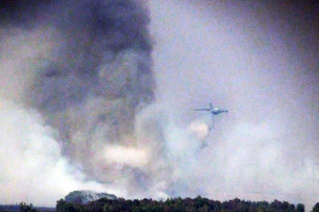 Пожар с воздуха тушит ИЛ-76 Министерства обороны.