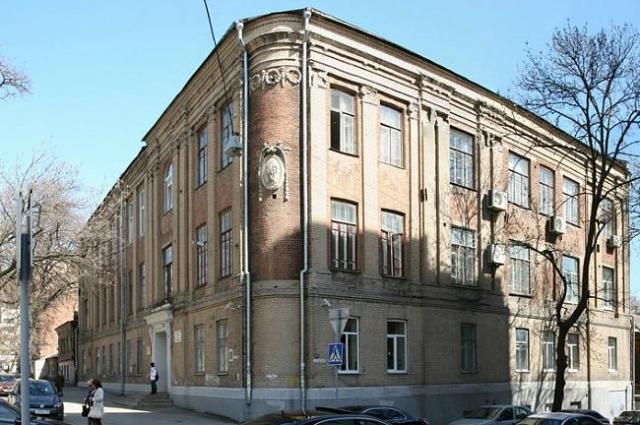 Школа №49 в Ростове, в выпускном классе которой учился будущий светила медицины.