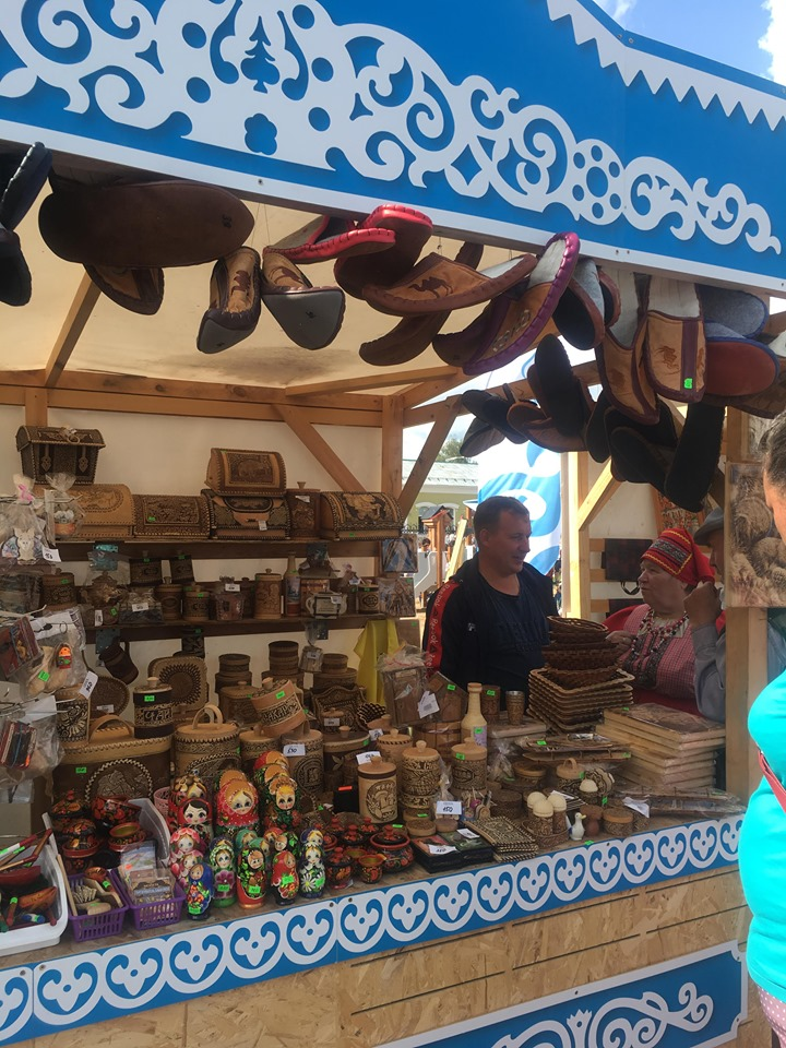 Шумная ярмарка «Енисейск ремесленный» предлагала разнообразие товара с местным колоритом.