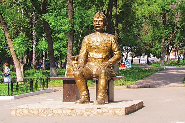 Скульптура солдата на ул. Первомайской в Уфе.