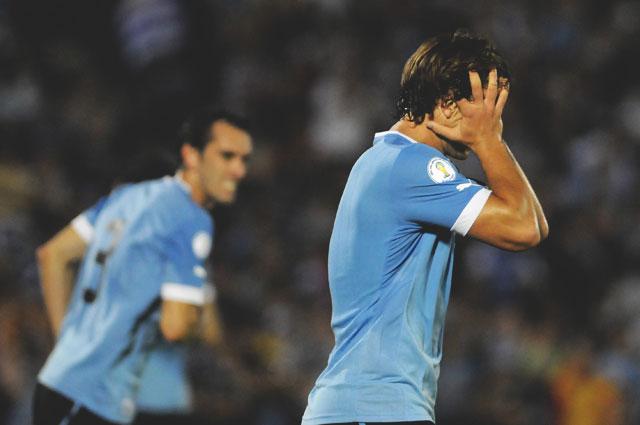 Диего Лугано из Уругвая отмечает гол в ворота сборной Аргентины