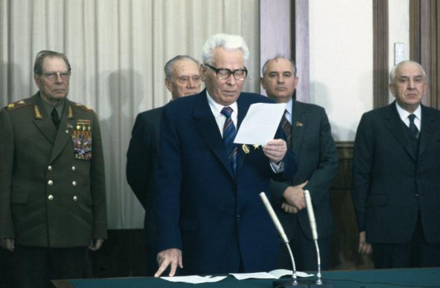Константин Черненко выступает с речью. На заднем плане Михаил Горбачев.
