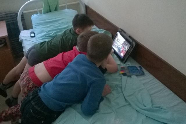 Современные дети больше заняты компьютерами.