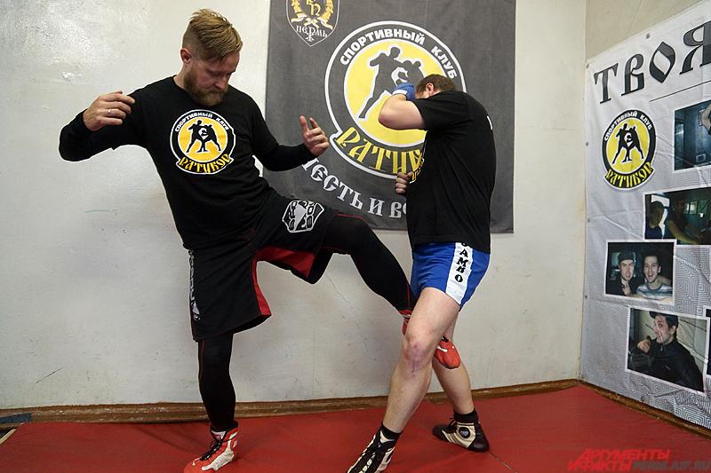 Если у обороняющегося есть навыки, допустим, кикбоксинга, то оптимальным приемом является «отбивание ног» у противника.