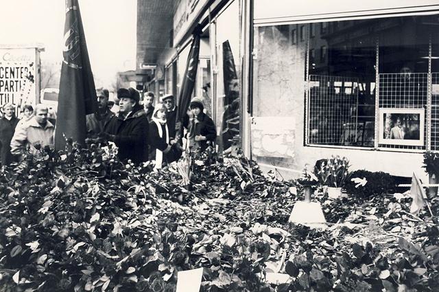 Розы для Улофа Пальме на месте преступления, 3 марта 1986 года.