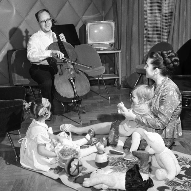 Дома с мужем и дочерьми. 1959 год.
