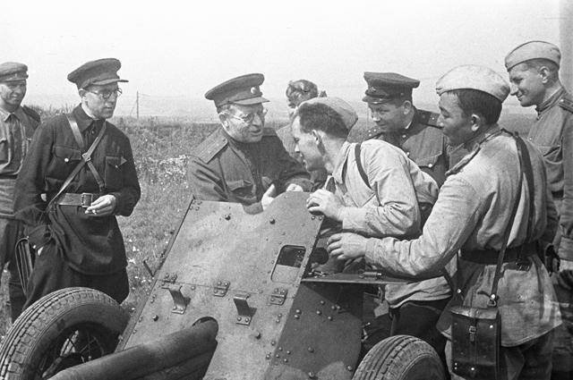 Главный хирург Советской Армии Николай Бурденко беседует с солдатами-артиллеристами. 1943 год.