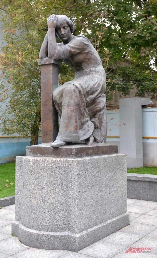 В Борисоглебском переулке 26 декабря 2007 года открыт бронзовый памятник Марине Цветаевой.