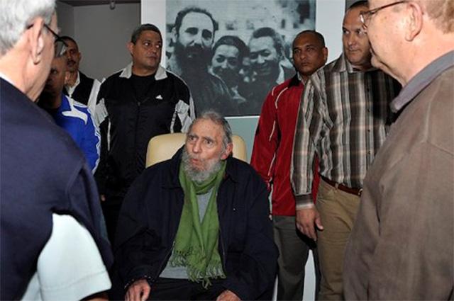 Экс-президент Кубы впервые за 9 месяцев появился на публике, посетив арт-студию художника Алексиса Лейвы