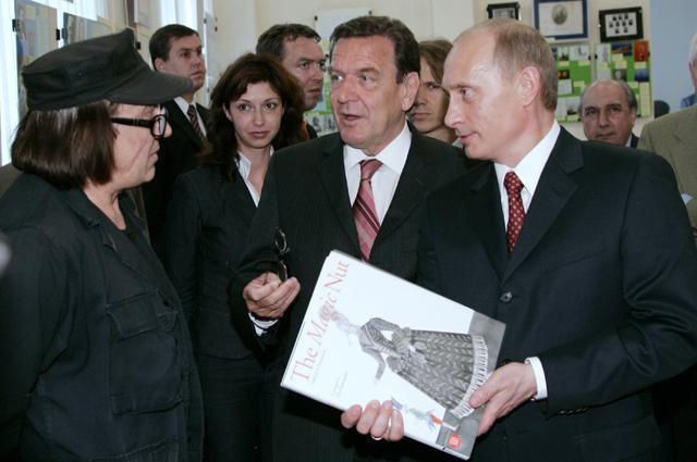 Президент России Владимир Путин, федеральный канцлер ФРГ Герхард Шредер и художник Михаил Шемякин (на первом плане справа налево ) во время посещения библиотеки Калининградского государственного университета. 2005 г.