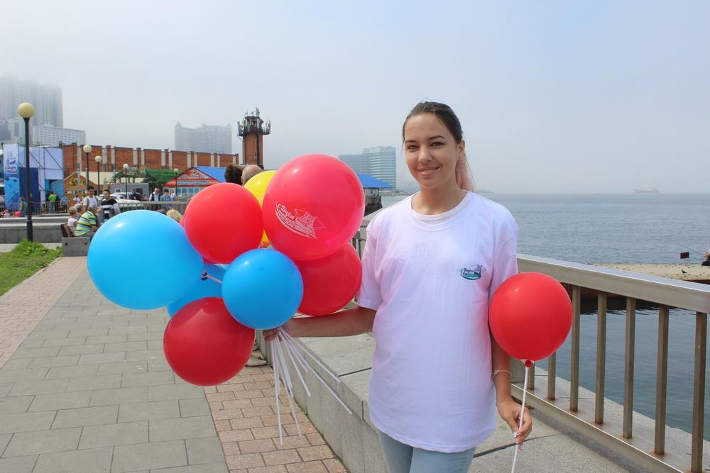 Волонтёры дарили гуляющим шары.