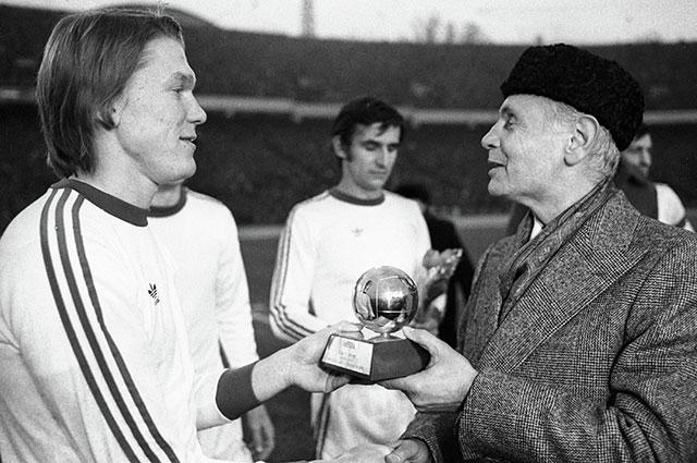 Президент УЕФА Артемио Франки вручает Олегу Блохину, признанному лучшим футболистом Европы 1975г., приз «Золотой мяч».