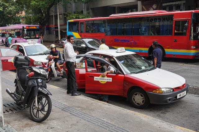 Вас постоянно пытаются «наколоть» местные таксисты – это такая специфическая «мафия»...