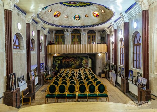 В Католическом зале проходят творческие вечера. Скоро здесь появится орган.