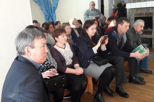 На встречу пришли представители общественности Азовского района.