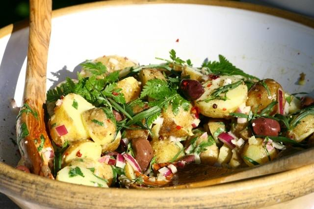 Картофельный салат с сосисками - одно из главных праздничных блюд в Германии.