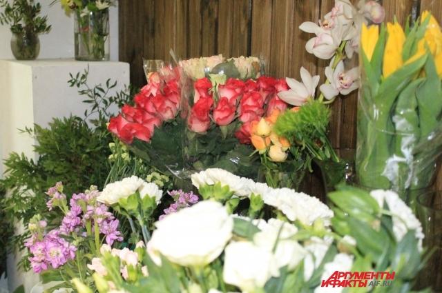 Часто основой букета становятся розы