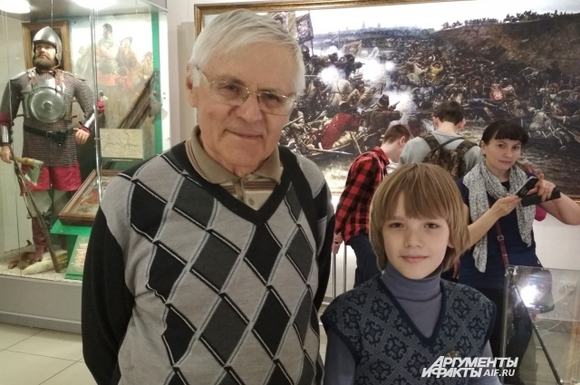 Арсений с дедушкой пришел в омский краеведческий музей.