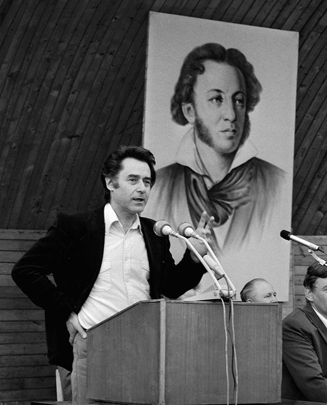 Андрей Дементьев выступает на праздновании 180-летия со дня рождения А. С. Пушкина.